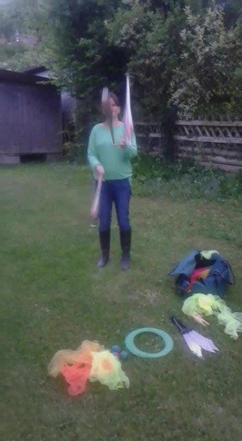 Regina jongliert