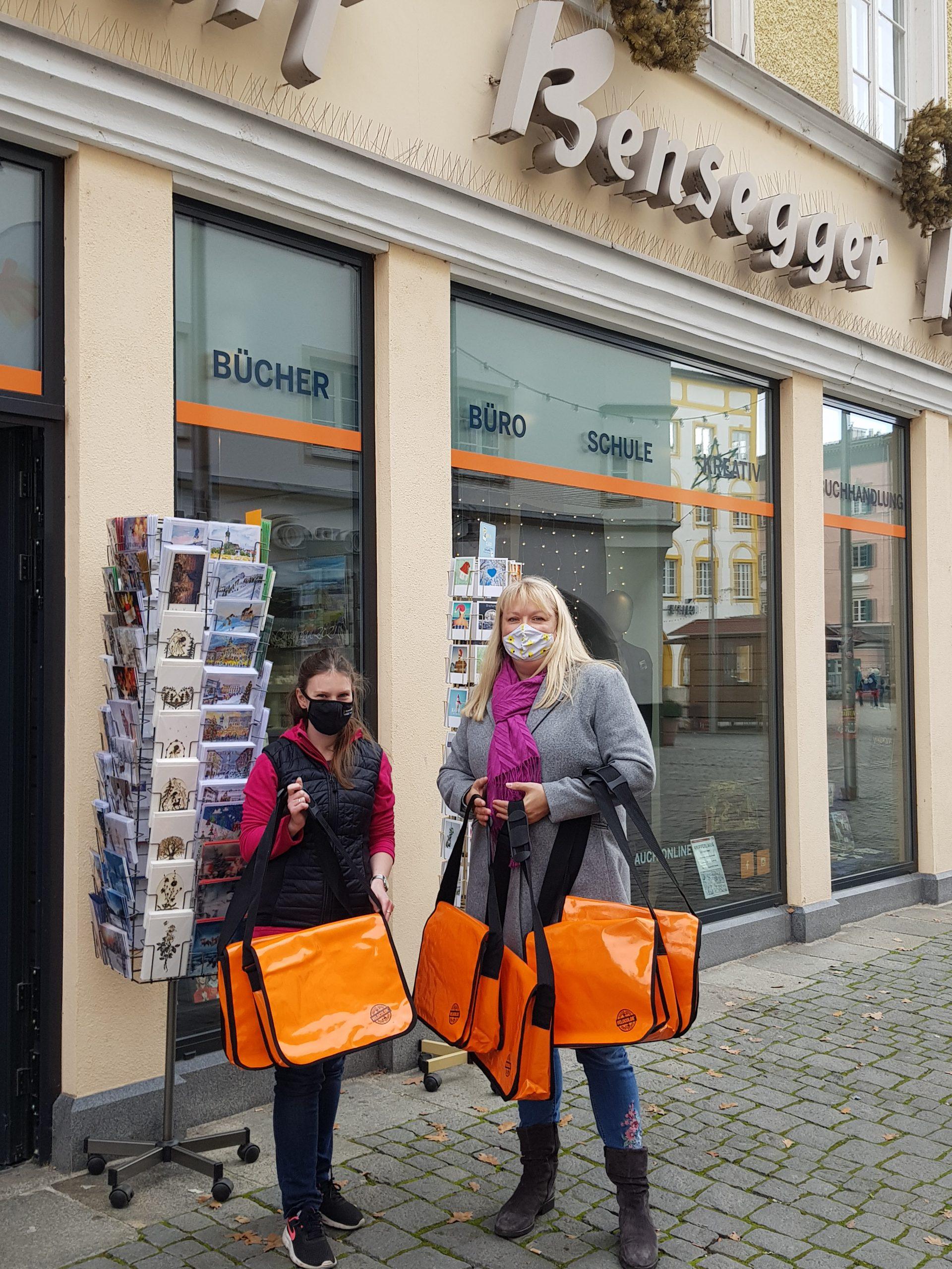 Firma Bensegger spendet Taschen mit Beschäftigungs- und Bastelmaterial