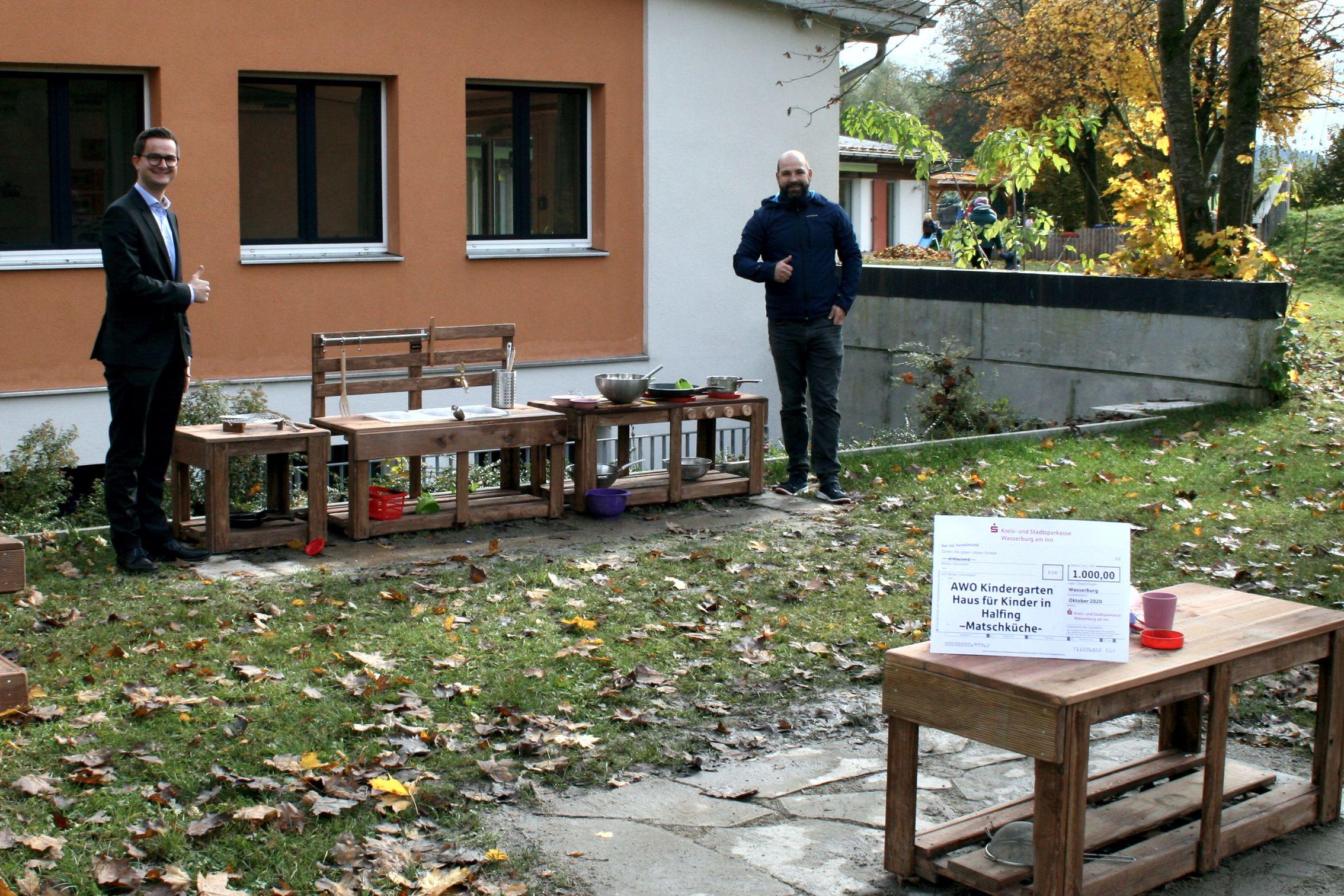 """Sparkasse Wasserburg spendet """"Matschküche"""" ans """"Haus für Kinder"""" in Halfing"""